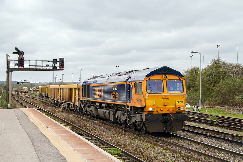 13th Apr 2015:  66729 leaving the siding ready to depart for Stud Farm with 6M40 from Westbury