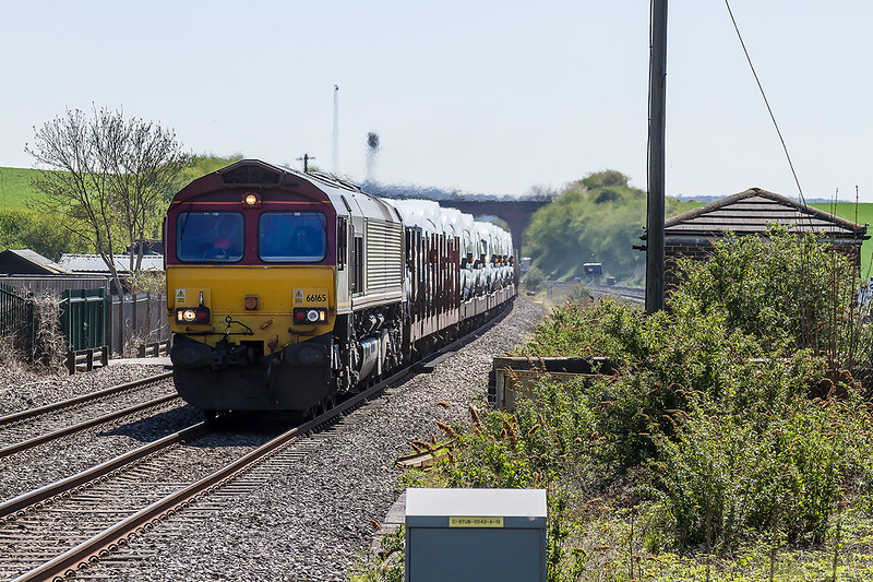 22nd Apr 2015:  66165 sweeps through Cholsey with 4M66 Southampton  to Garston loaded Transit Vans,virtually all white.  It is hard to visualise that there was once a Reliefs to Mains double junction at this location