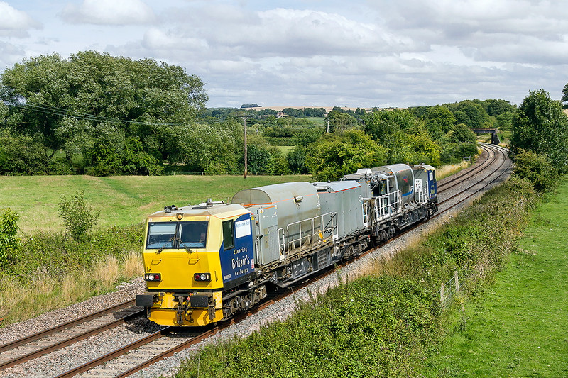 3rd Jul 2015:  Autumn must be coming and bringing the RHTT season into force,  rather earlier than I had expected.  Here we see DR98958 working from Didcot TC to Exeter Old Yard-Waggonsway.  I have no idea what the working code was, can anyone help?