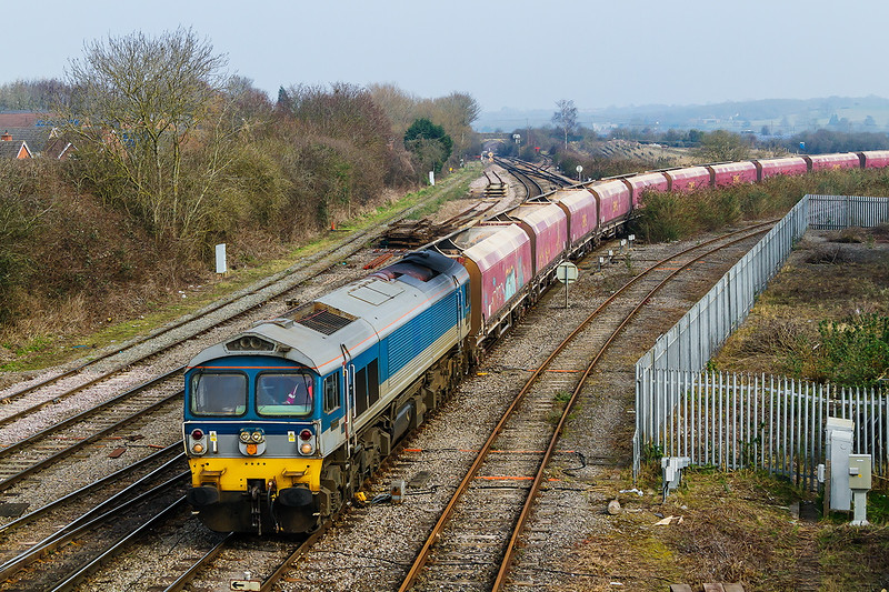 17th Mar 2015:  Rounding the curve from the B & H is 59004 on th e point of 7C31 the empties from Theale to Merehead