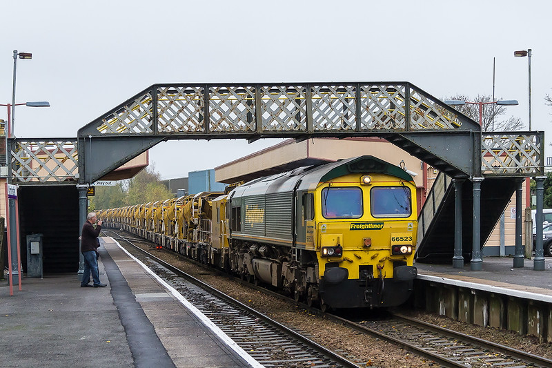 8th Nov 2015:  66523 passing through Warminster with the full length HOBC with 66599 on the rear.  6Y19 is running from Basingstoke to Fairwater Yard in Taunton