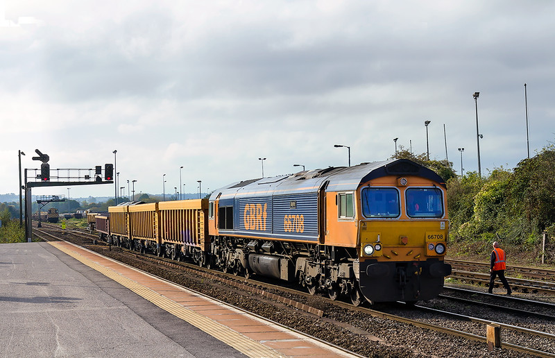 26th |Oct 2015:  66708 'Jane' draws  out from the sidings with 6M40 to go to Stud Farm from Westbury