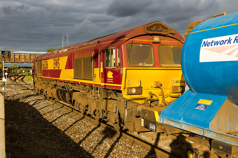 8th Oct 2015:  With 66206 now leading 3J41 waits for the Green to procede back to Didcot via the Berks & Hants line