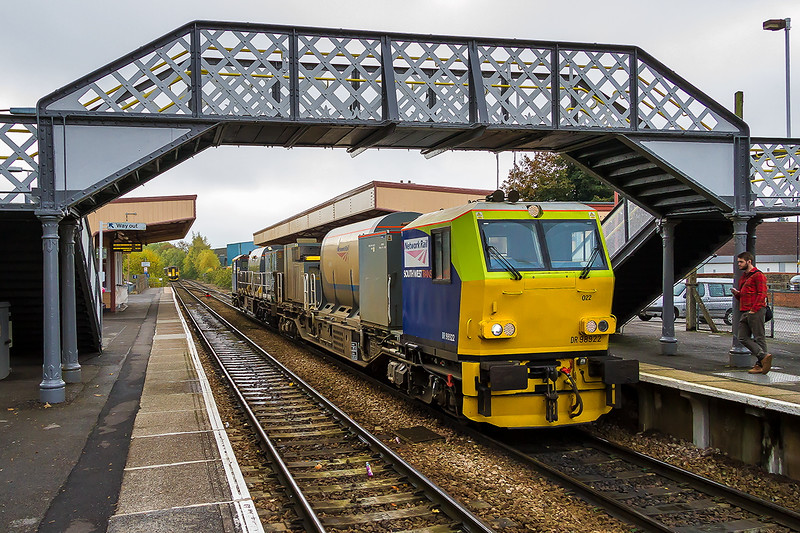 26th Oct 2016:  Dr 98922/98972 Stand at Warminster while working 3S80 from Eastleigh and back.  It would normally just reverse over the crossover and be away bu the 150 set is blocking the road as it waits to crossover and form 2C12 to Westbury.  The MPV RHTT had to go to Westbury to turn round