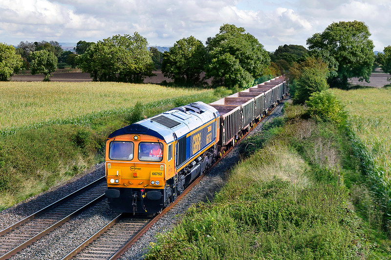 22nd Sep 2016:  66752 'The Hoosier State' heading 6V42 from Wellingborough to Whatley past Baynton Farm in Edington
