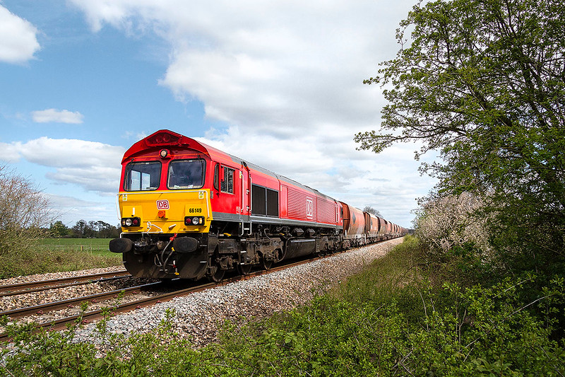 10th Apr 2017:  In an unexpecter burst of sunshine 66149 passes Masters Crossing in Fairwood as it works 6V98 fronm Wembley Eurofreight Terminal to Whatley Quarry