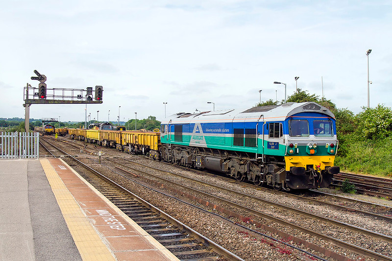 28th May 2017:  With no stone trains booked for the day a bit of shunting makes a change.  59002 'Alan J Day' is doing the honours ar Westbury.  Behind the 3rd JNA is 70809 which will later power 6C26 to Foxhall Jinction in Didcot