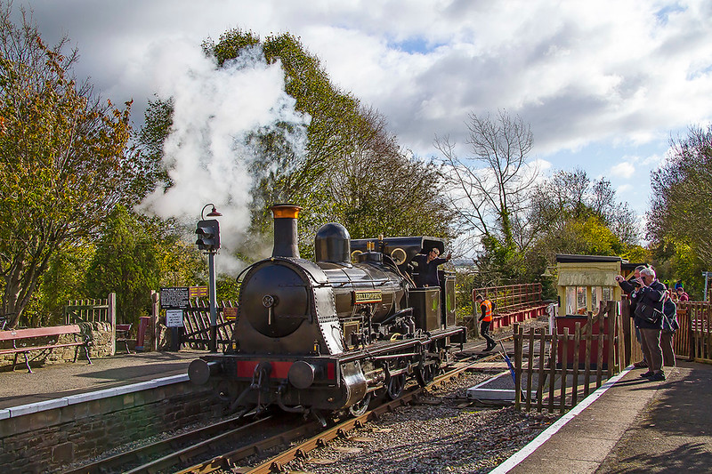 5thNov 2017:  !874 built 'Bellerothon' at the crossing at the south end of Bitton station as it runs round it's train