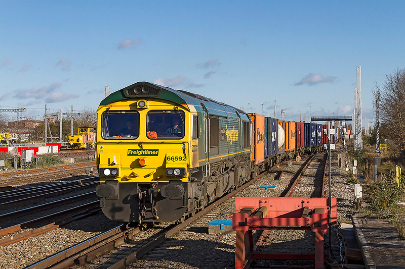 28th Nov 2017:  Emerging from the loop at Swindon is 66592 wie 4V31 from London Gateway to Bristol Freightliner Depot