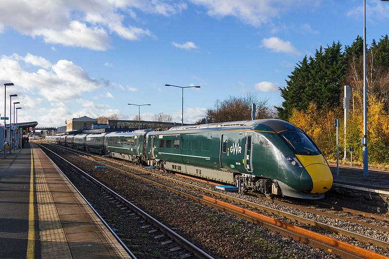 28th Nov2017: Looking slightly grubby atound the bogies as it leaves Swindon is 800009 leading on 1A14 the 11.00 from Bristol Temple Meads to Paddington