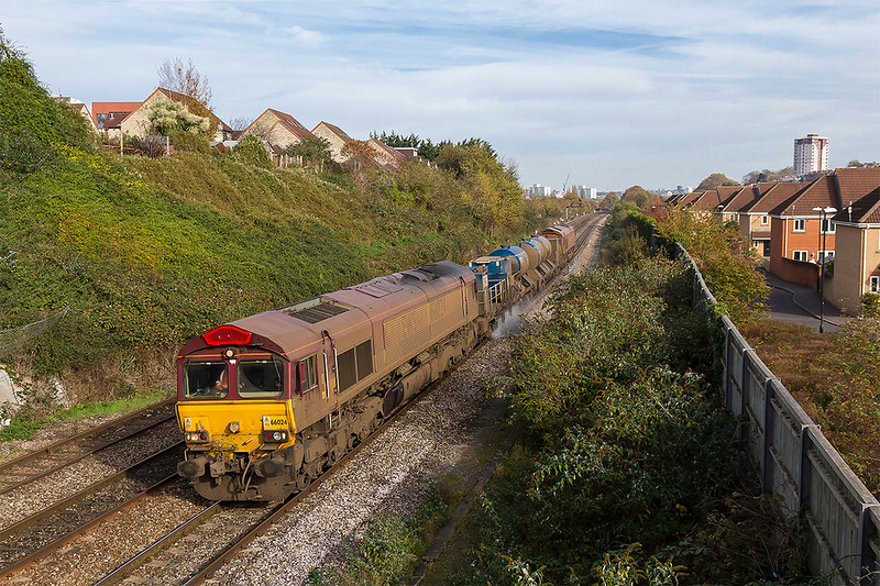 1st Nov 2017:  With a replacement Horn Guard making a prominant feature on 66024 3J59, with 66152 on the other end, is slowing to take the Portbury line at Parson Street in Bristol