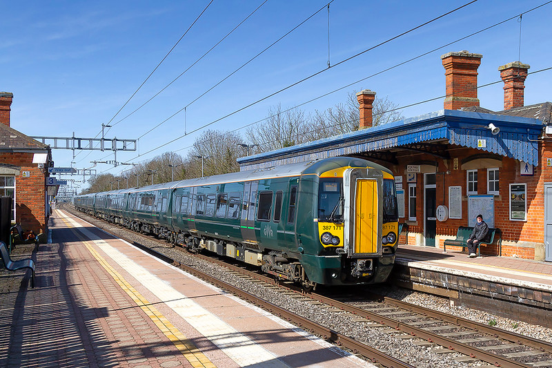 5th Apr 2018: the 14.37 from Didcot Parkway to Paddington,2P55, has 387171 as the lead unit.  Pictured as it glides to a halt at Cholsey