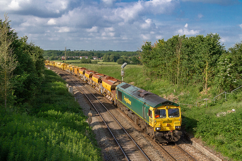 10th Jun 2018:  6658 is working 6X04 from Maidenhead to Fairwater Yard in Taunton has reached Hawkeridge Junction. Most of this lengthy Rail Replacement Train is out of sight including 66522 on the tail