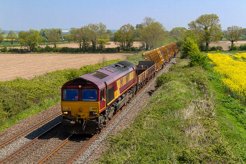 6th May 2018:  6X44 was listed as a Freightliner working so I was surprised to see DBC 66075 appear on the front.  66526 was actually at the rear. Cowleaze Lane in Edington proved not to be the ideal location because of the limited view as there was another three blocks of four point carriers and a long rake of flats out of sight.  The service was running from Maidenhead to Westbury