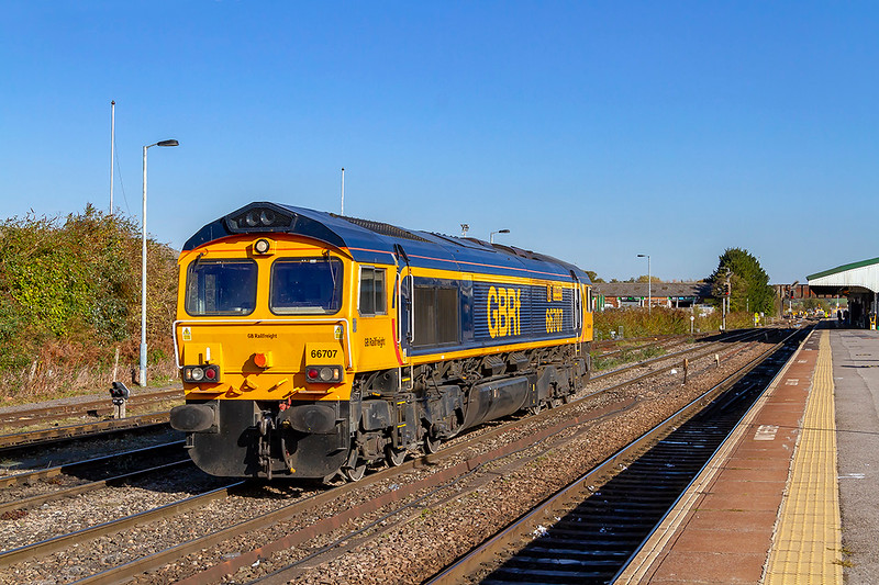 31st Oct 2018:  The locomotive that will work 6M40 from Westbury to Stud Farm comes from Eastleigh.  66707 'Sir Sam Fey. Great Central Raillway' is pictured here at Westbury as it is about to shunt back into the siding to collect the IOAs to take to Leicestershire