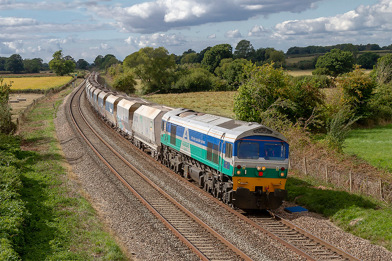 13th Sep 2018:  59002 'Alan J Day' starts the climb to Savernake as it runs through Great Cheverell whileit takes 6L21 to Dagenham from Whatley Quarry