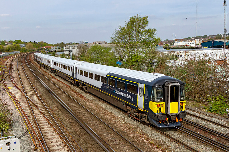 18th Apr 2019:  5Q93 is the 14.20 from Eastleigh Arlington ZG to Bournemouth  T&RSMD  that is being used to take 442404 back to base. Pictured from the foot bridge at Mount Pleasant.   Earlier in the day it had taken 442424 to Eastleigh from Bournemouth.