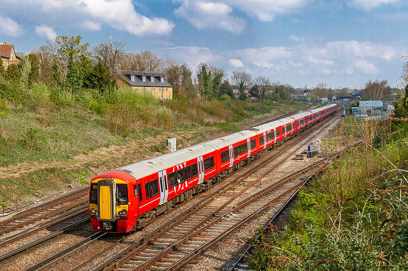 14th Apr 2019:  Gatwick Express liveried 387215 actually working 1A14 the 10.22 London Bridge to Brighton is about to run through Norwood Junction