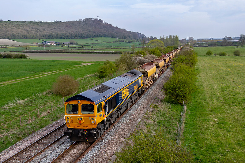 15th Apr 2019: With the sunshine almost faded away 59003 is pictured from the Granada Bridge on the Warminster By-Pass. 6V41 is the afternoon  return working of the   morning Westbury Eastleigh departmental service.  If the traffic warrants it will work the afternoon/evening  repeat service as well.
