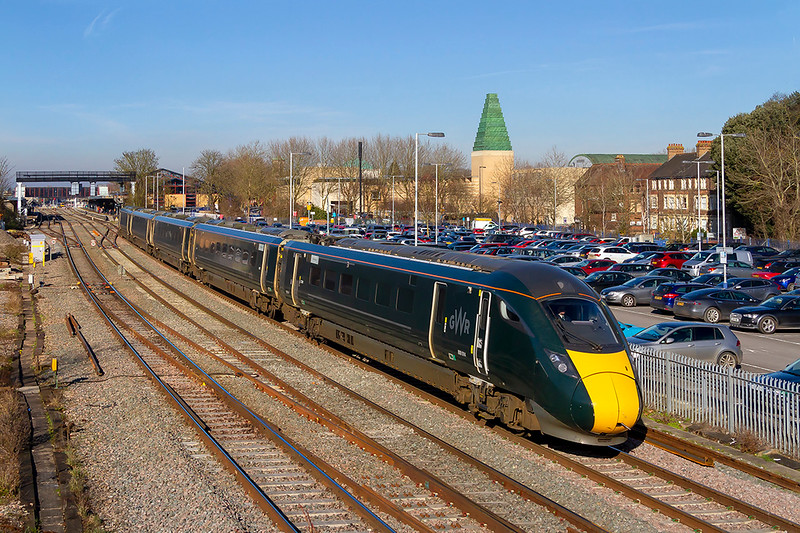 14th Feb 2019:  Becoming the norm are the IETs, here 800014 gets away from Oxford as it works 1P29 the 12.00 from Worcester Foregate Street to Paddington.  Even with the sun at almost 90 degrees to the side the GWR green still looks crap.