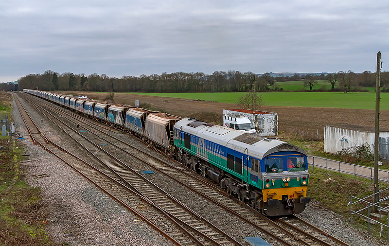 3rd Jan 2919:  Leaving the loop at Woodborough is 59001 with 7A77 from Merehead to Theale.
