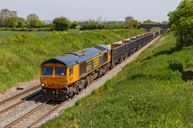 15th May 2019:  For the 3rd time this week I have managed to picture 66724 as it works 6V42 from Wellingborough to Whatley Quarry.  This time it is at Lambourn Lane in Edington.