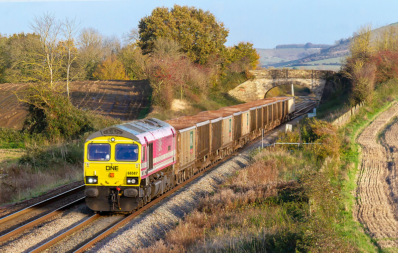 11th Nov 2019:  At last the pink 'ONE in the sun !!  66587 is at Fairwood as it works 7V16 from Fareham to Whatley Quarry