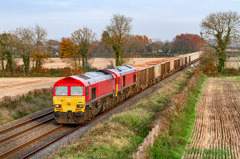 19th Nov 2019: 7C77 is working from Acton to Merehead powered by a pair  of debranded  locos 59205 & 59204 that are now used by Freightliner.  After a spell of lovely afternoon light it was dying as the train came inti view.  B….r !
