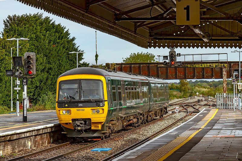 9th Oct 2019:  165132 is arriving at Westbury on time with 2F97 the 08.50 from Great Malvern