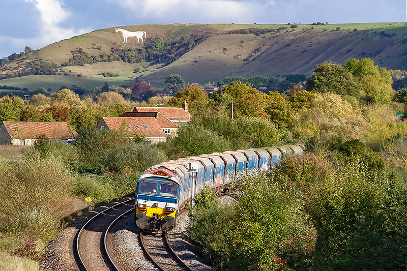 15th Oct 2019:  59101 is leaning to the curve as it reaches Fairwood  Junction while working 7C77 to  Merehead from Acton.  The Westbury White Horse is actually over three miles away.