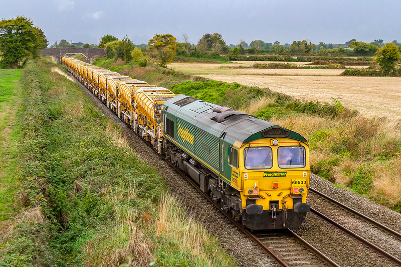 22nd Sep 2019:  Bringing up the rear of 6Y25 from Bedwyn to Fairwater  is 66533 showng the 'Senator Express' nameplate, the other side is 'Hanjin Express'.  66588 is on the front .