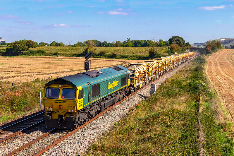 17th Sep 2019:   Returning to Fairwater Yard after bringing the HOBC to Westbury for a refill is 66525.  6C73 is pictured as it runs between Westbury Up Yard and Fairwood Junction.
