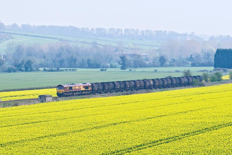 12th Apr 07:   Almost lost in a sea of yellow 66152 hauls 6M23 Fawley to Bromford Bridge Bitumen tanks
