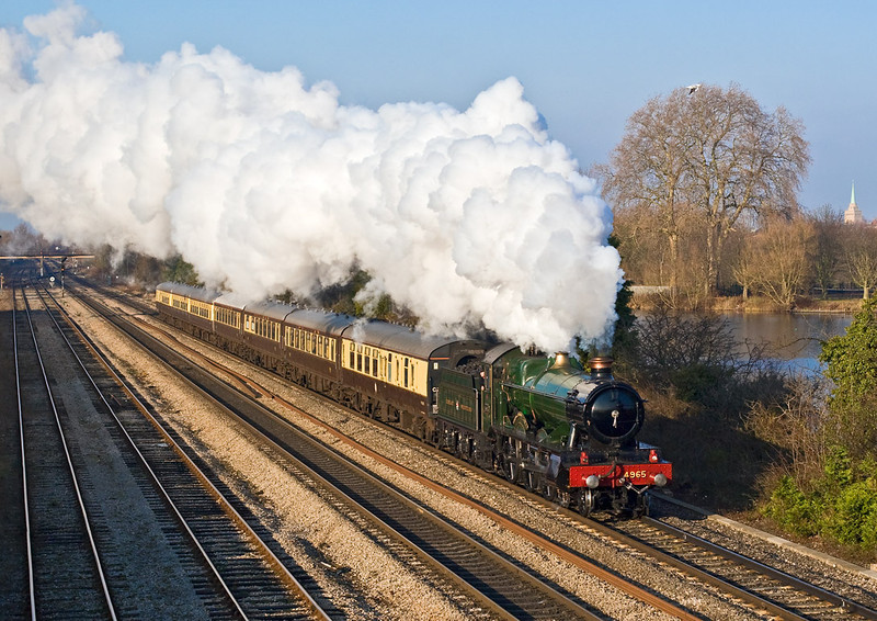 16th Dec 07:  4965 'Rood Ashton Hall' accelerates briskly away from the water stop at Hinksey.  1Z49 was working from Solihul to Didcot and return.