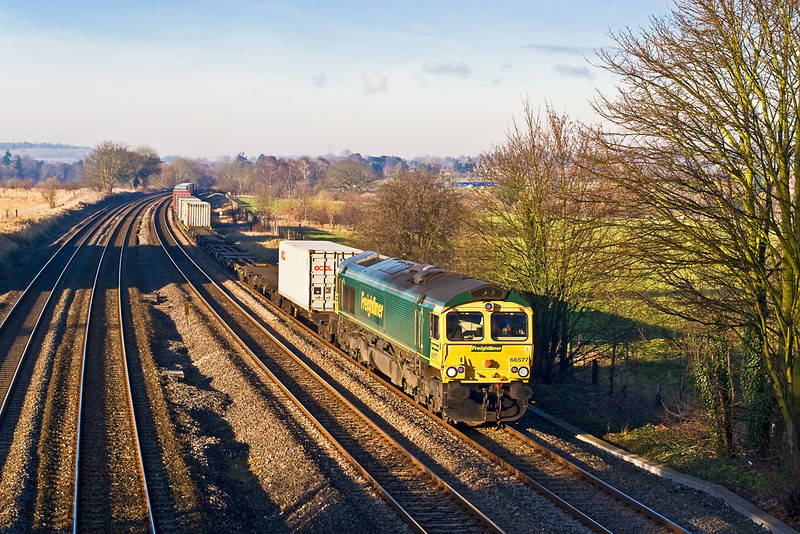 12th Dec 07:  Running 30 minutes late 66577 brings 4O54 the 06.13 Leeds to Southampton liner through Lowr Basildon