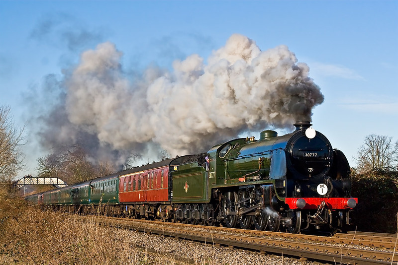 11th Dec 07:  A new location for me is the playing field at Addlestone Moor.  In perfect light Maunsel N15 class 30777 'Sir Lamiel' accelerates the Cathedrals Express away from Chertsey.  The train was going to Salisbury where the passengers were to be treated to a Carol Concert in the Cathedral