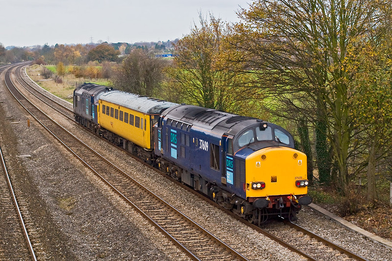 14th Nov 07:  With 67609 leading and 37609 on the tail, coach No. 977869 is taken for a run from Didcot to Didcot via Hanwell and Theale