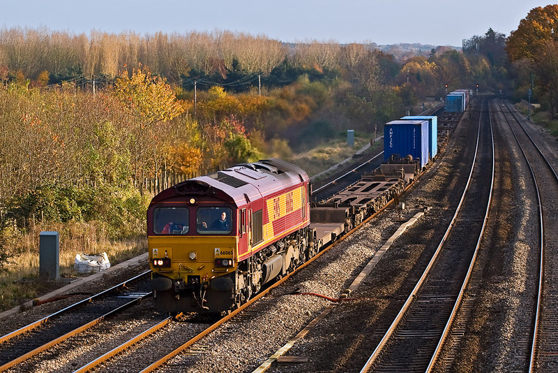 6th Nov 07:  66065 at Lower Basildon with the 13.10 Southampton to Birch Coppice Intermodal