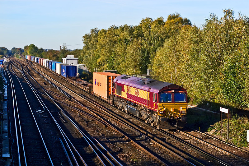 18th Oct 07:  66194 at Worting Junction heading the 4M33, 08.10 Southampton to Burton on Trent Intermodal