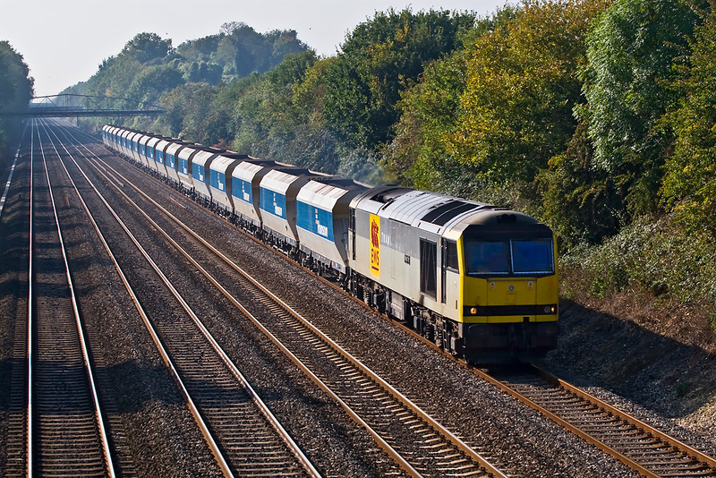 11th Oct 07:  60082 'Mam Tor' is charged with the 6Z48 Appleford to Ardingly stone.