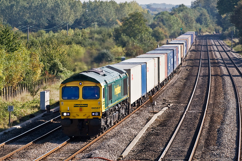 5th Oct 07:  66587 on the point of 4M61 to Trafford Park at Lower Basildon