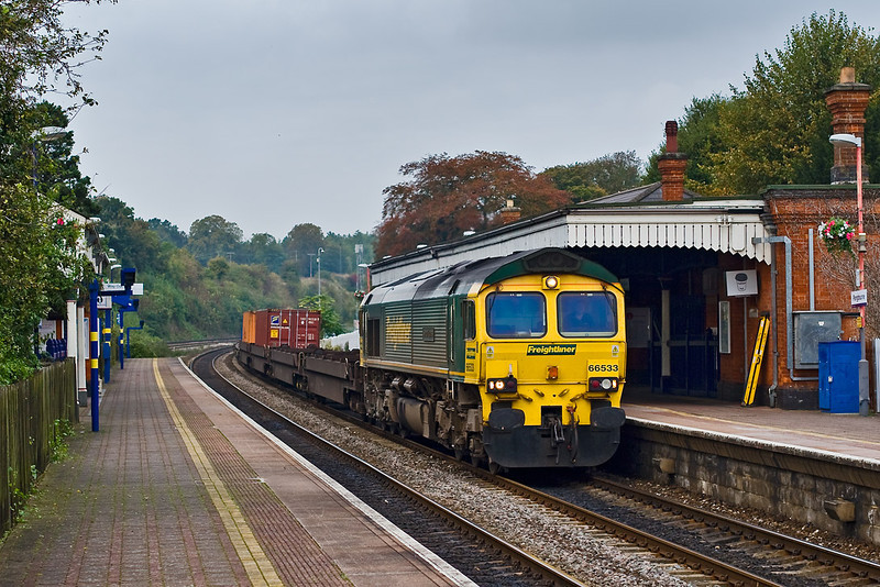 15th Oct 07:  Pangbourne station shakes as 66533 thunders through with the Wentloog to Southampton liner