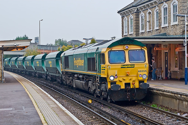 25th Oct 07:  66555 has been working the Neasden to Wool sand services for several weeks but this is the first time that I have managed to picture it.  Captured here in light drizzle as it crawls through Chertsey station