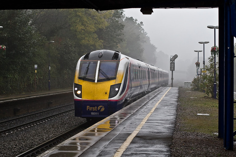9th Oct 07:  Adelantes will soon disappear from this route.  180111 rushes towards Reading on the 'UP Main'