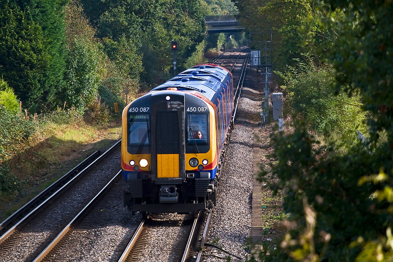 16th Oct 07:  450087 starts to slow for the stop at Chertsey whilst working from Weybridge to Waterloo