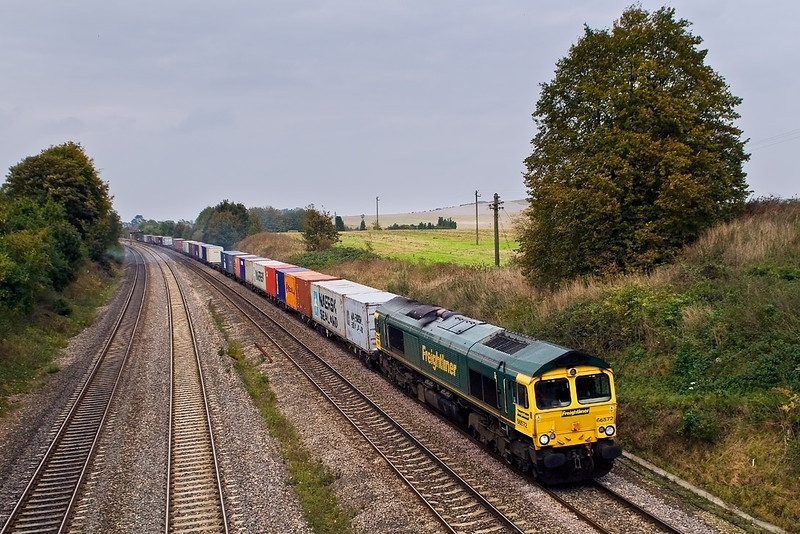 15th Oct 07: Voyager 211131 and Turbo 165106 pass in Goring & Streatley station