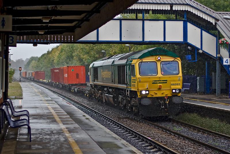 9th Oct 07: The 06.13 from Leeds coasts through Platform 4