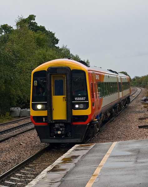 9th Oct 07:  158887 races through Mortimer on a Brighton to Reading service