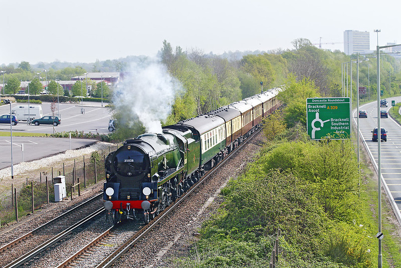 21st Apr 07:  35028 Clan Line hauling the VSOE to Oxford is captured here accelerating away from Bracknell
