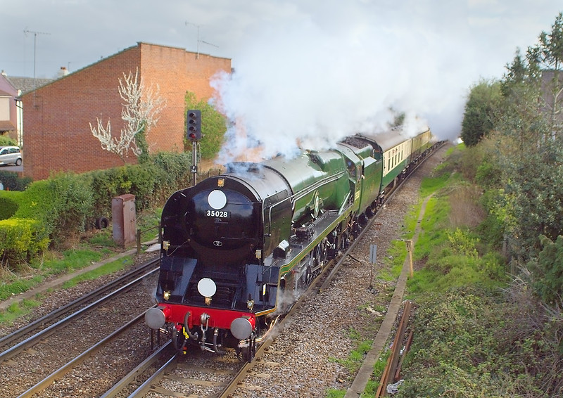 4th Apr 07: Todays VSOE ran to Bath and Bristol via Salisbury, captured here powering away from Egham